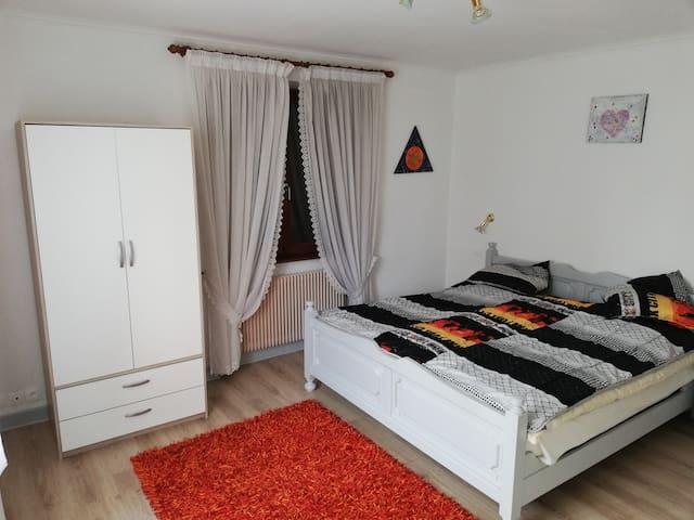 Grande chambre  1 ; avec un grand lit pour deux personnes