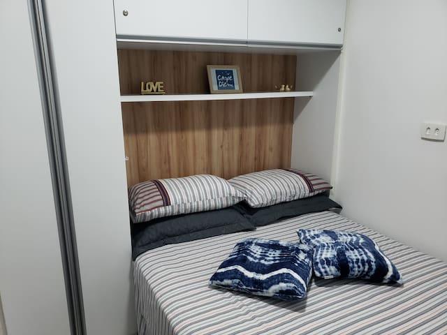 Quarto casal, com ar condicionado Split, travesseiros, almofadas e manta visando o conforto na hora do descanso.
