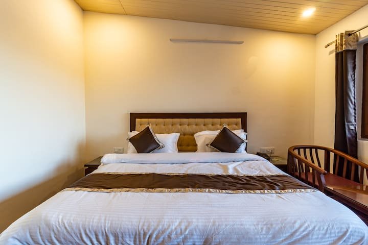 Travellers Inn |1br on Mall Road in Mussoorie