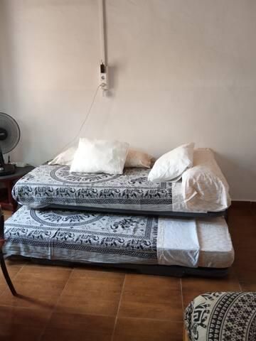 La cama nido está compuesta por dos camas de 90 cm de ancho. Puede estar cerrada como sofá, usar una sola cama o utilizar las dos camas que quedan a la misma altura. Están incluídas las colchas de verano