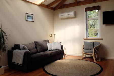 Spacious self-contained guesthouse with sea views - Lyttelton - 民宿