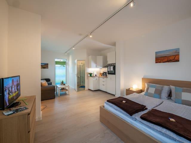 Holledau Apartments Familie Gmeineder (Osterwaal), Modernes Apartment 14 mit Terrasse im Nebengebäude links (Erdgeschoss)
