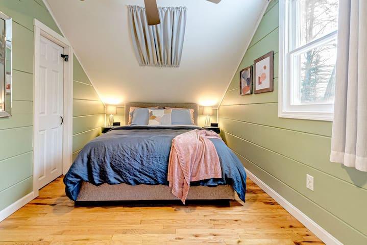 The Green Bedroom w/ Queen bed
