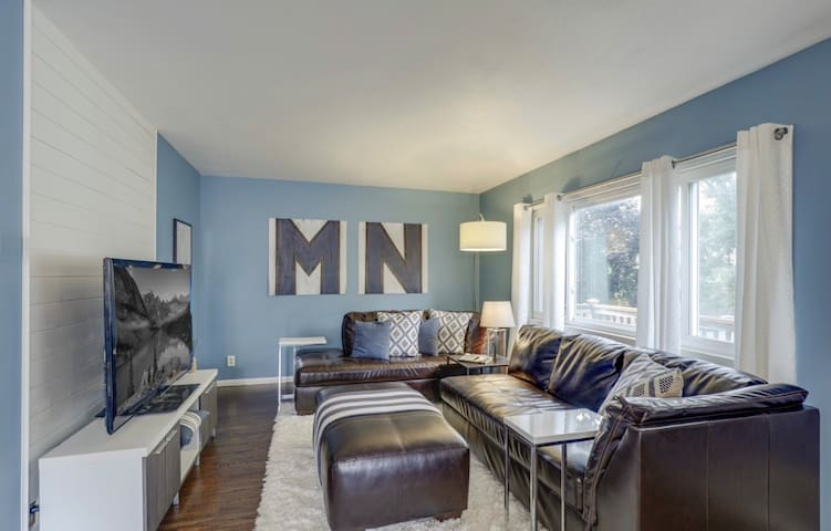 ★MinneSTAY! Fabulous 4 Bed Home: Walk to West End★