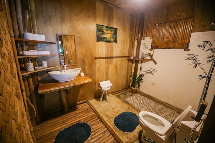 Both bedrooms come with their own bathroom and hot water.   Les deux chambres ont leur propre salle de bain et eau chaude.  Ambas habitaciones cuentan con su propio baño y agua caliente.