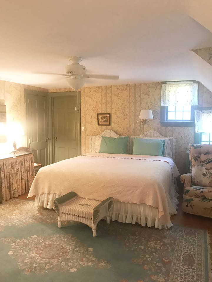 Tanglewood Room #1/ Charming King Sized Master Bedroom with Private Bath, Walk-In Closets, TV with Cable, WIFI  & Air Conditioner.