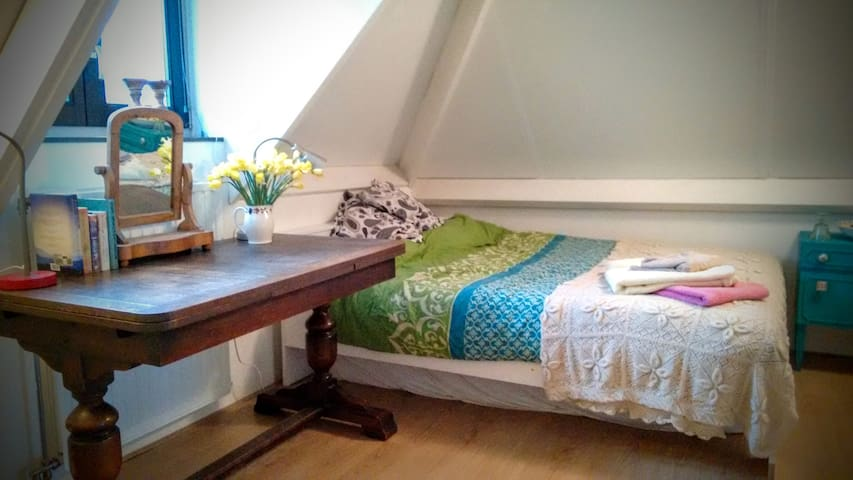 Cozy attic bedroom in shared house - Rotterdam - House