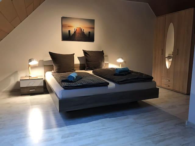 Zimmer Nr. 4 mit Doppelbett 180 x 200 cm