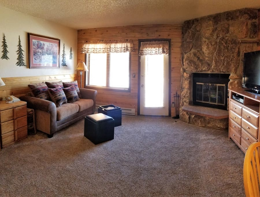 Living room area w/new carpet -  expanded view
