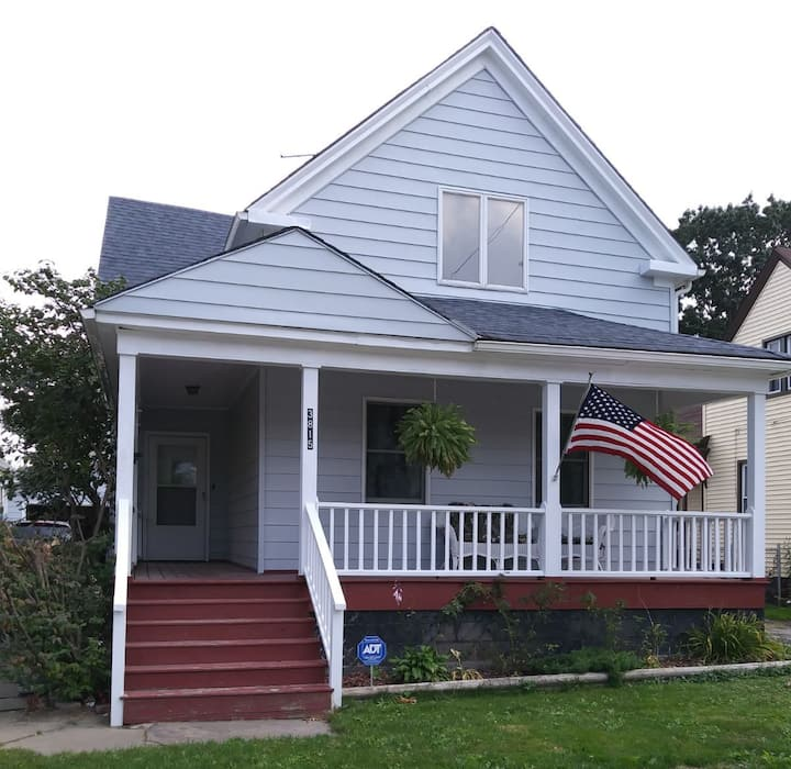 Cozy bungalow--5 minutes to Downtown/MetroHealth
