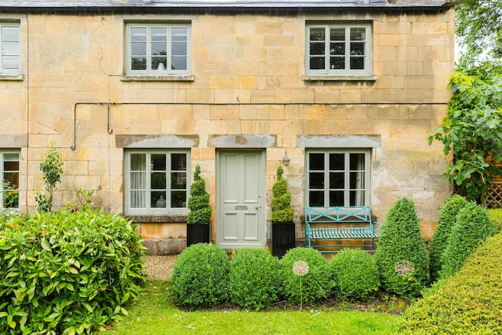 Dog Friendly Cottage in the heart of the Cotswolds
