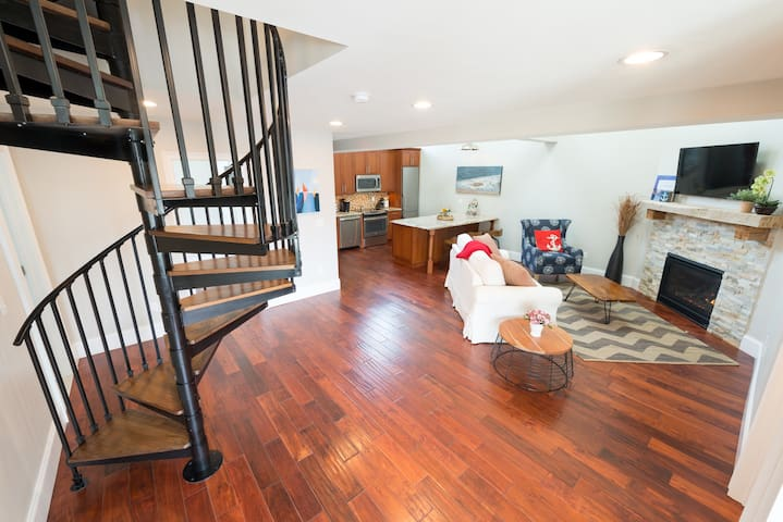 2 Bedrooms w/Loft, Deck & Fireplace on Thames St