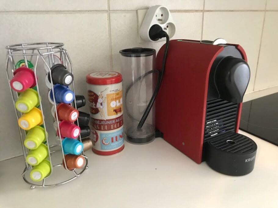 Machine Nespresso avec capsules de café et de thé