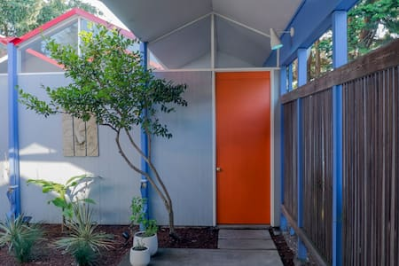 Live like a Jetson! Private suite and courtyard - Portland