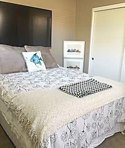 Laguna Niguel private bedroom + bathroom. - Laguna Niguel - Condominium