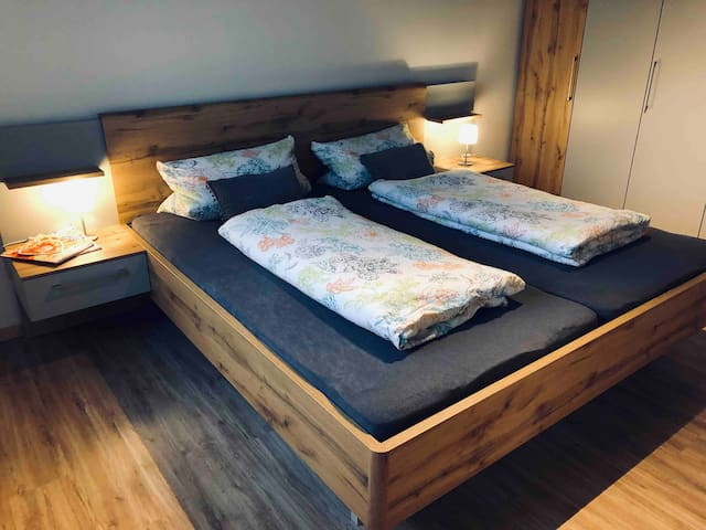 Brandnew ! Komplett neues Schlafzimmer ! Großes Doppelbett ( 2,00 m x 2,00m) - just relax !