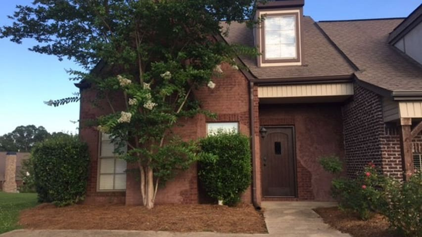 Lovely Town Home  Convenient to Golfing/Colleges