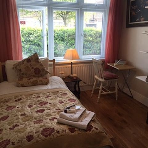 Bright Comfortable Room 10 minutes from CityCentre - Kimmage - Dům