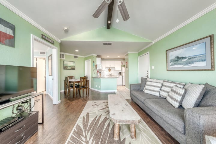 Partial Gulf view condo w/ a private balcony, shared pool, & hot tub - dogs OK!