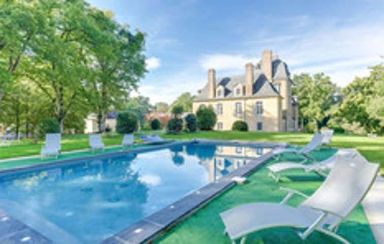 Spacious mansion with swimming-pool