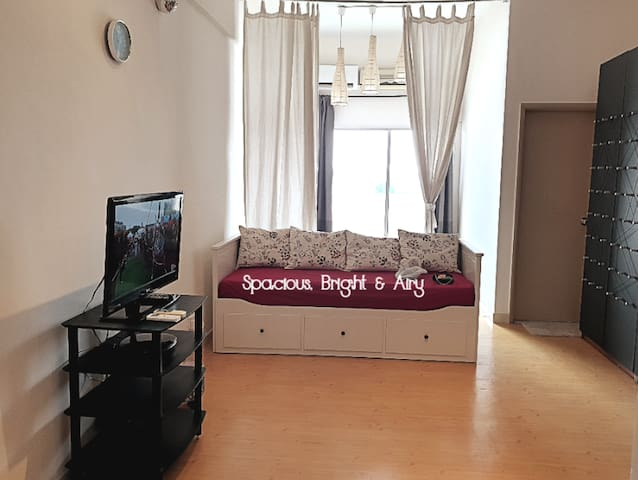 Comfy Studio 24h Security King Bed, Day Bed & WiFi