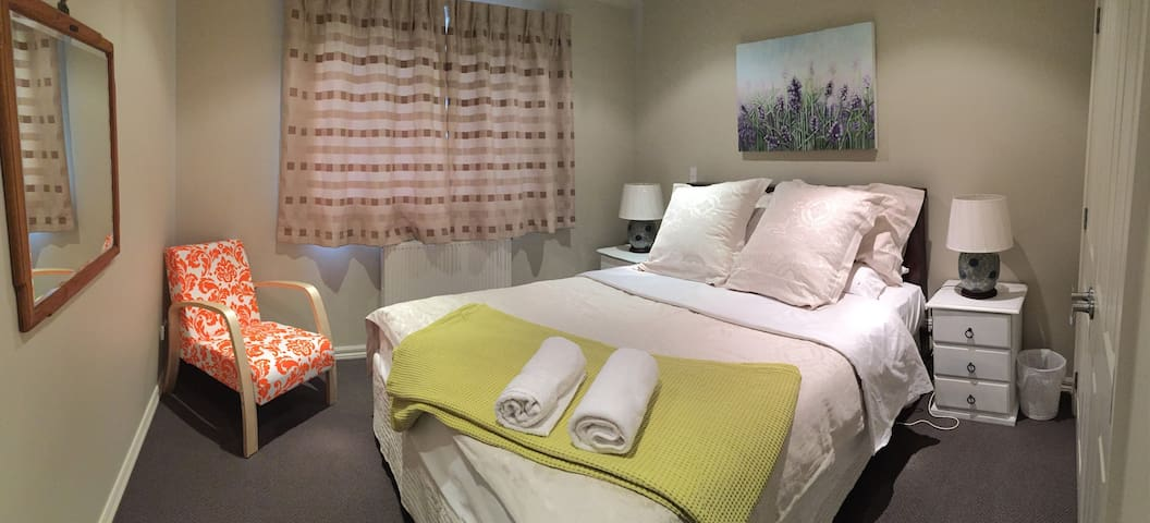 Newly opened modern family bed and breakfast - Lake Hayes Estate - Bed & Breakfast
