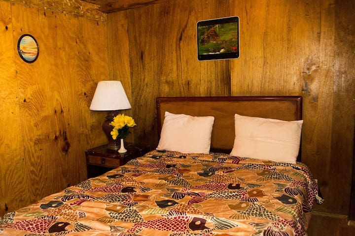 Esta es nuestra cabaña con una cama matrimonial y baño privado.  This is our cabin with one Queen size bed and private bathroom.