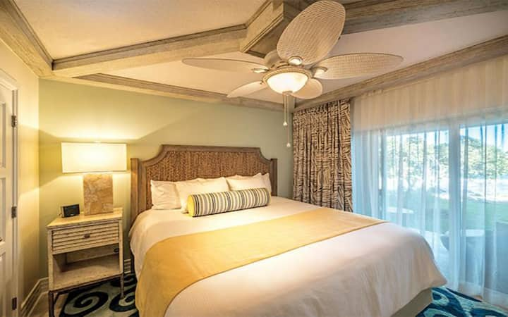 OCEAN VIEW in a 2 Bedroom Presidential Suite - Accommodates up to 6 Guests Comfortably - Come stay with us and sip on your Margarita POOL SIDE!