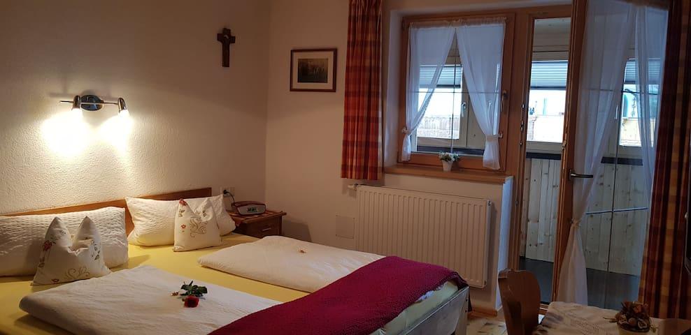 Schlafzimmer II für 2 Personen mit Dusche WC/SAT-TV mit kleinen Balkonwintergarten und echten Naturholzboden !