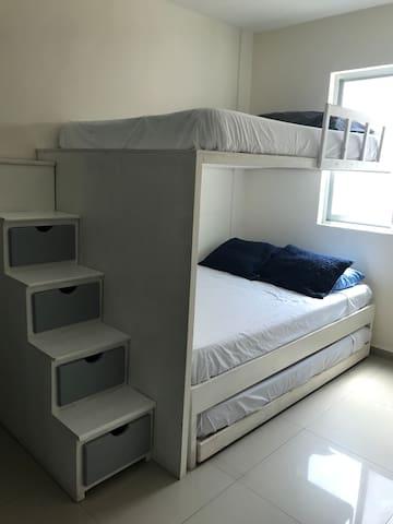 Litera con 3 camas matrimoniales y aire acondicionado