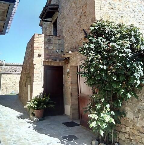 """""""Via degli Orti"""" - Casa con giardino nel borgo"""