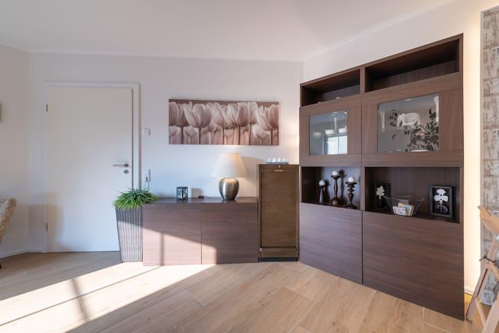 Wohnbereich mit Tür zum Flur-/Eingangsbereich