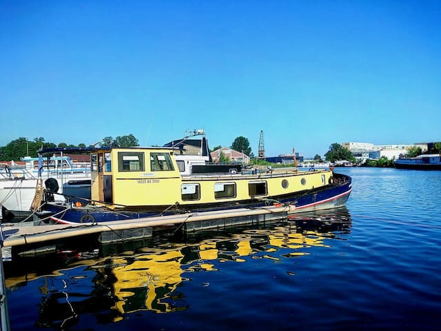 Amazing historic 15 Meter Houseboat