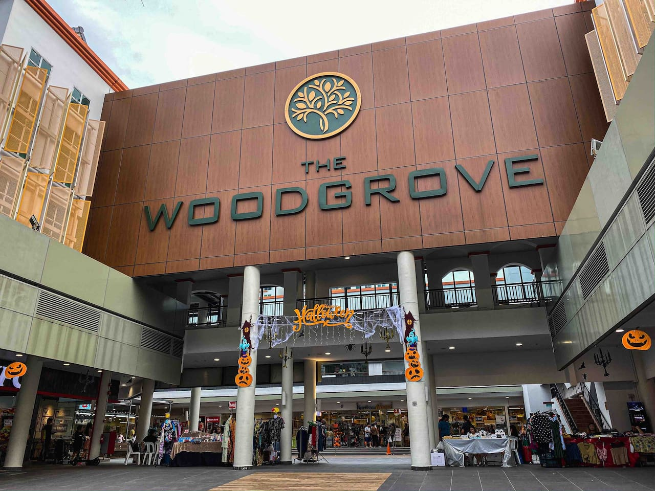 Woodgrove Mall also has a 24-hour supermarket, a 24-hour gymnasium, McDonald's, Kentucky Fried Chicken, Subway, a pet store, retail shops, and an aircon food court.