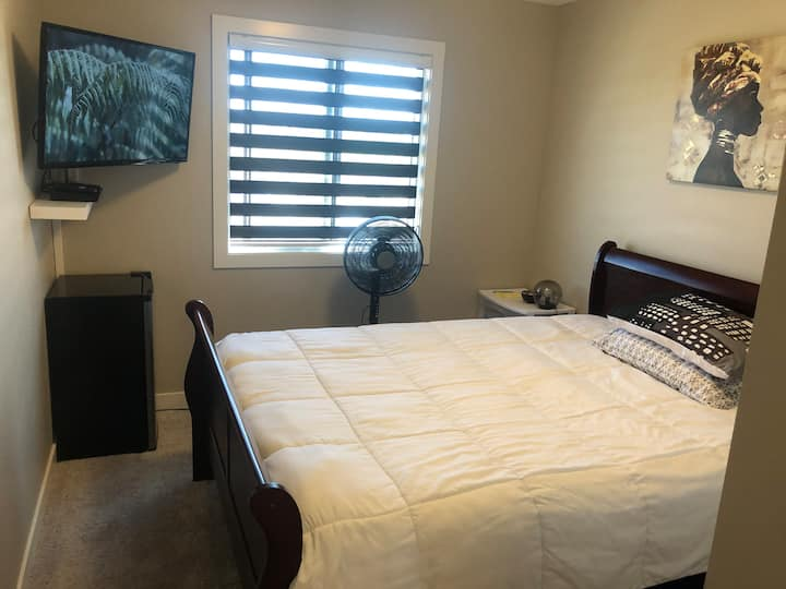 Clean, modern  & quiet room.(Close to the Airport)
