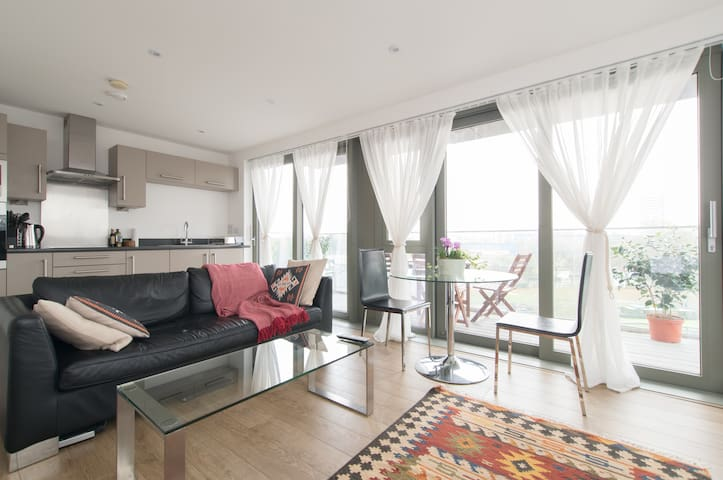 East London large modern flat with beautiful views - Londen