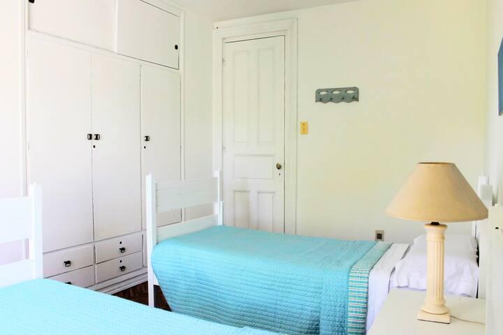 Garden House Montevideo - turquoise room
