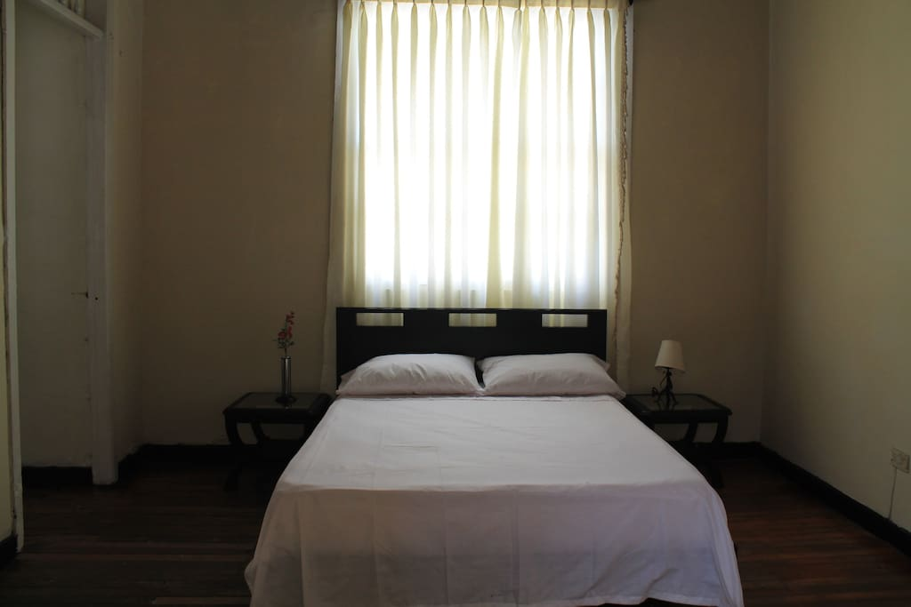 Nuestras habitaciones disponen de cómodas camas dobles, closet y dos mesas de noche