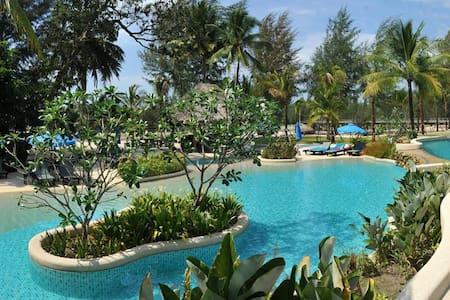 Jacuzzi Villa@ APSARA Beachfront  Resort and Villa - Bed & Breakfast