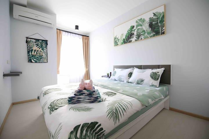 宽敞舒适的卧室,备有皇家乳胶枕和高档酒店专用羽绒枕