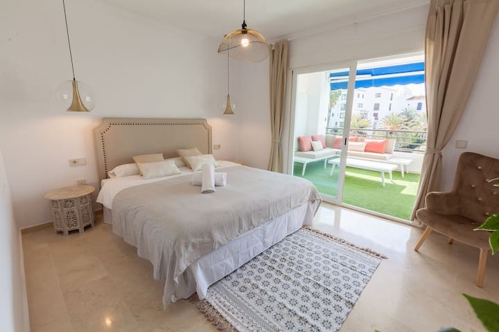 Master bedroom, with a 150 x 200 bed, direct terrace access and built-in closet
