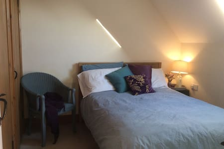 Cosy, bright double room near Hitchin and Luton