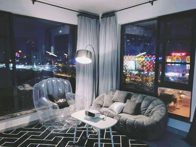 【晴空】网红吊床/万达/温馨两居室/百寸投影/泡泡椅/自行入住/免费停车/