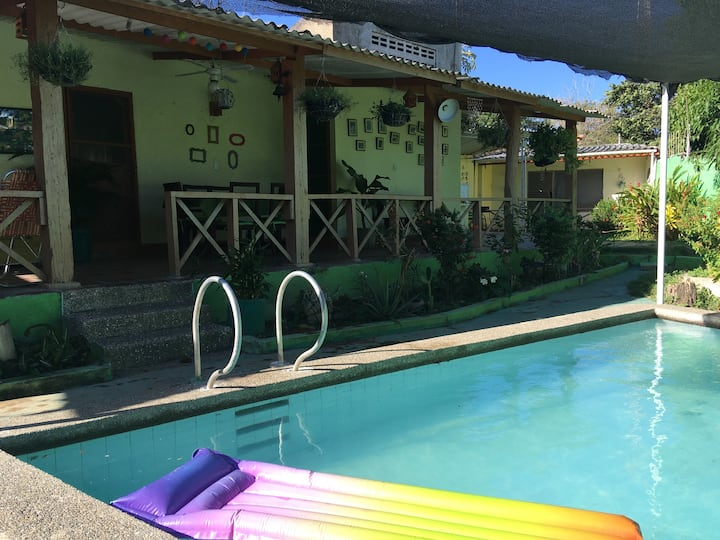 Cómoda Cabaña cerca via parque Tayrona con piscina