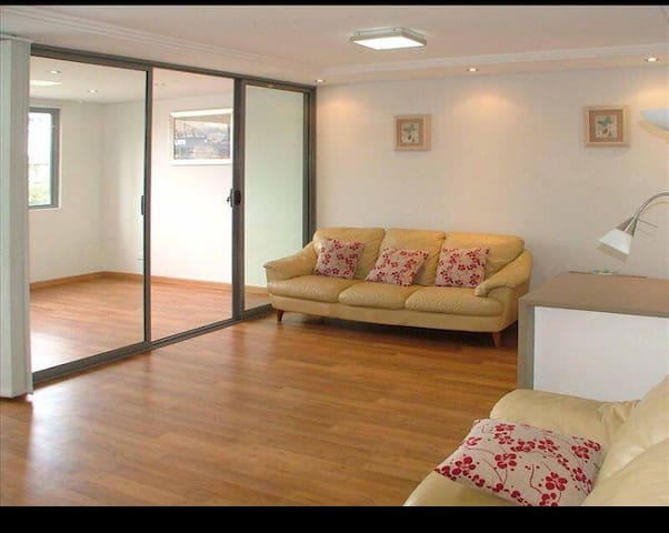 Spacious bright private room at Potts Point