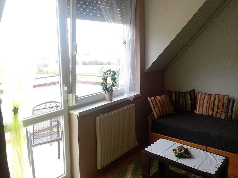 obývačka s balkonom