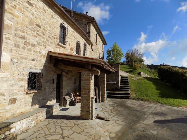 Galasterna, ai piedi della montagna - pietrarubbia - บ้าน