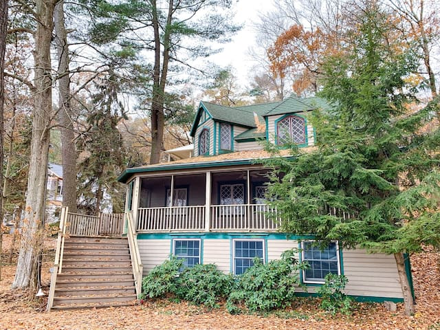 Anna`s Cottage: Be the first to stay in this Saugatuck family cottage. A great opportunity to experience the history of the area.