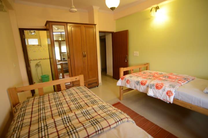 Pine Room In the Qutab Heritage Area - Gurgaon - Apartament