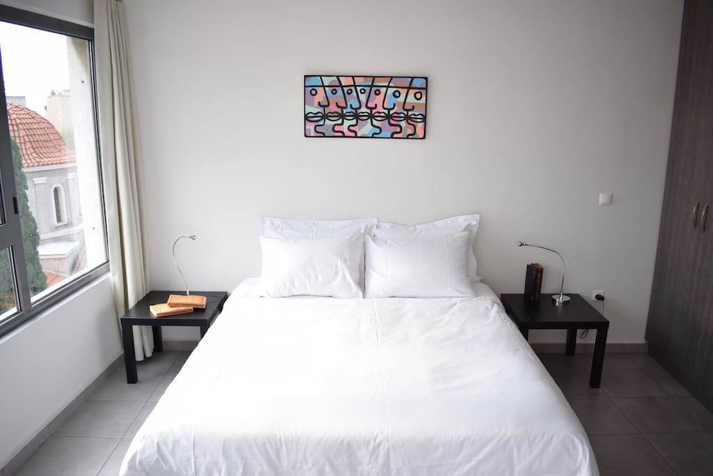 Queen size bed that can be set up as 2 singles